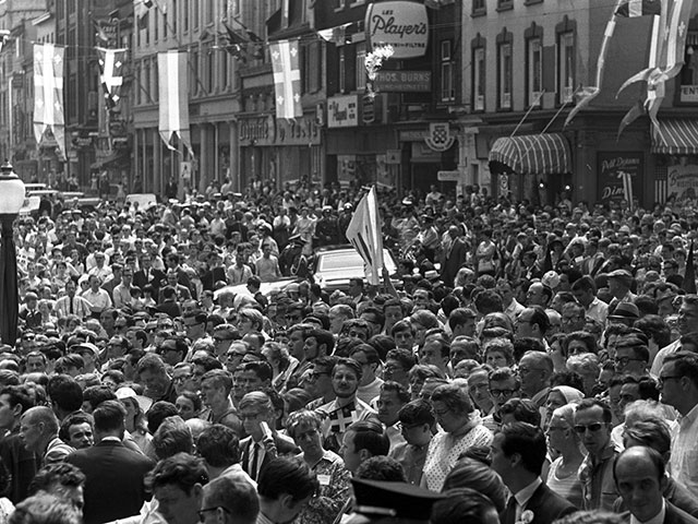 Crowd on hand to welcome General de Gaulle upon his arrival at city hall in Québec