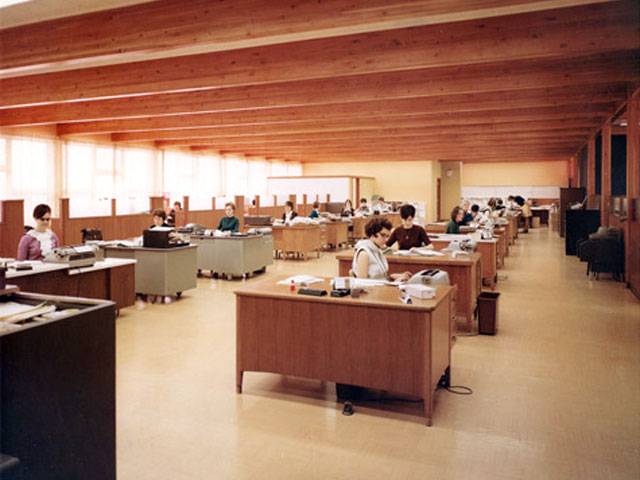Employees at their workstations at the Fédération des Unions régionales des caisses Desjardins du Québec in 1968